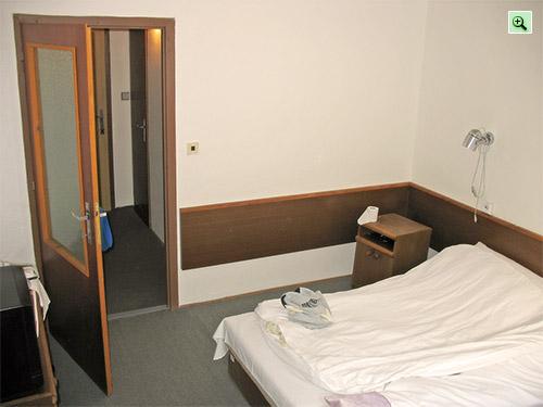 Двухзвёздочный номер в Словакии: дверь в коридорчик