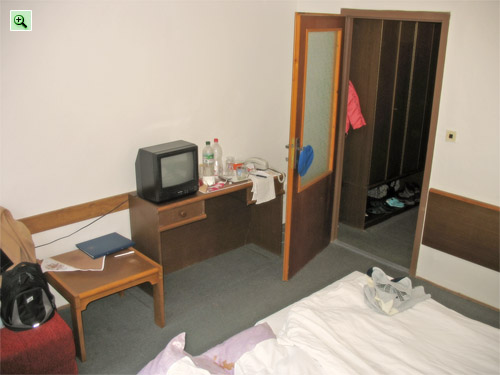 Двухместный номер отеля Lubovna Словакия: телефон, телевизор, столик