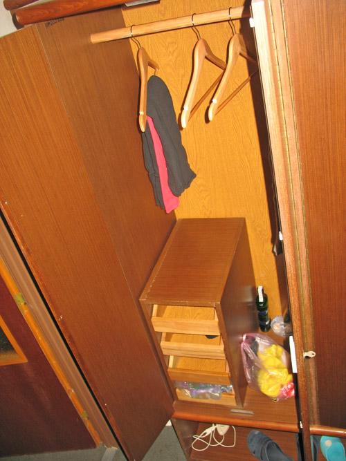 Полочки внутри шкафа в номере отеля Любовня