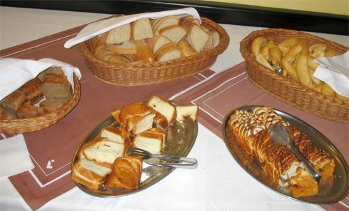 Хлеб, кексы, булочки в ресторане отеля Любовня