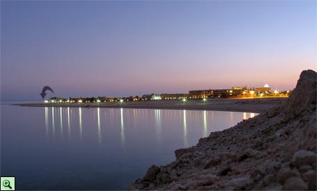 Вход на пляж отеля Coral Sea, вечером