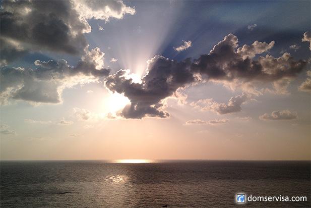 Восход солнца из Индийского океана. Вид с 14-того этажа