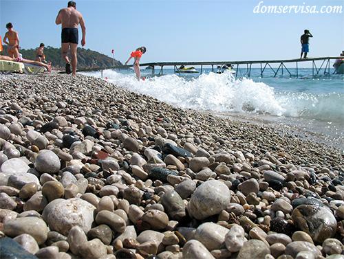 Круглая но колючая галька на турецком пляже
