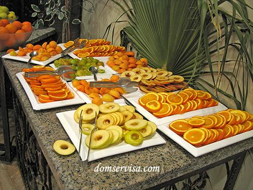 Нарезанные яблоки, апельсины, почищенные абрикосы и сливы в ресторане отеля Kaplan