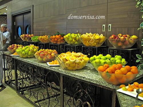 Стол с фруктами в ресторане отеля Kaplan
