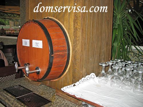Бочка с пакетами (ставятся всередину) красного и белого вина