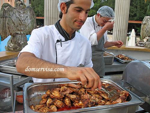 Турецкие повара жарят куриные крылышки