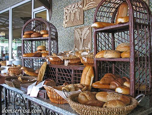 Стол с хлебом, лавашами, пампушками