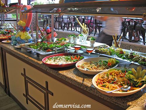 Стол из салатами из тех продуктов, что остались с обеда