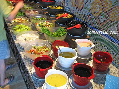 Нарезанные овощи, соусы, подсолнечное масло, заправки