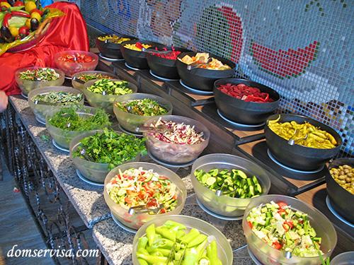 Почищенные и нарезанные овощи и зелень, вперемешку и по отдельности