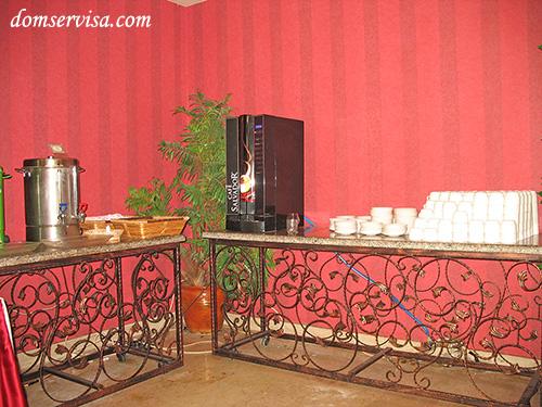 Автомат для кофе (черный и белый), а также заваренный чай