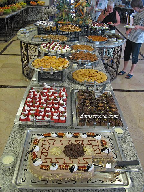 Половина стола со сладостями