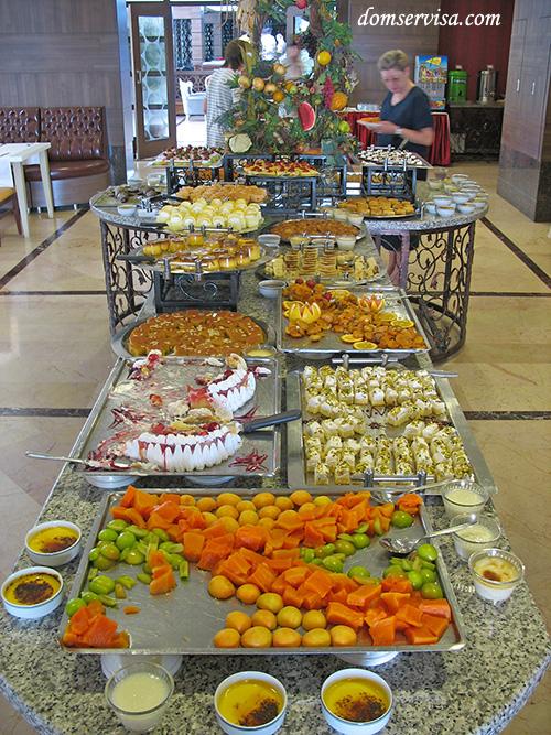 Другая половина стола с турецкими пирожными и тортиками
