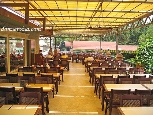 Пустой ресторан до нашествия отдыхающих
