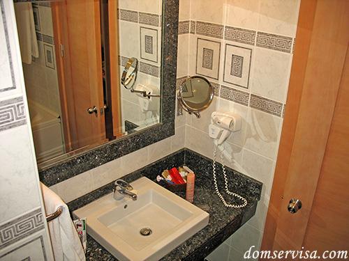 Прикольное увеличительное зеркало и фен в ванной отеля PR Club Kaplan
