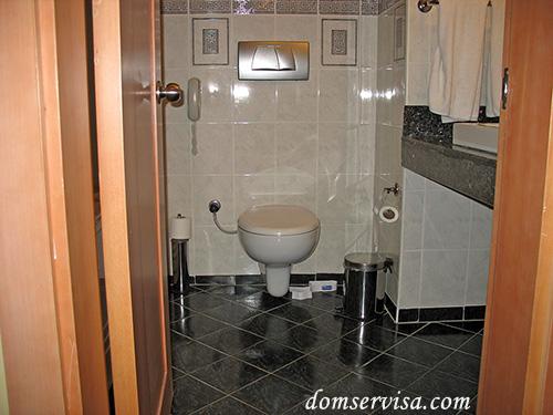 Унитаз и телефон в ванной комнате номера отеля PR Club Kaplan