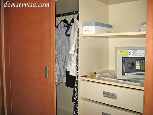 Шкаф в коридоре с вешалками, шкафчиками и бесплатным сейфом в PR Club Kaplan