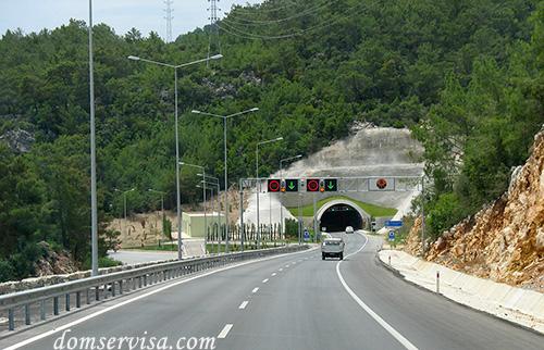 Подъезжаем к новому современному автомобильному туннелю в Турции