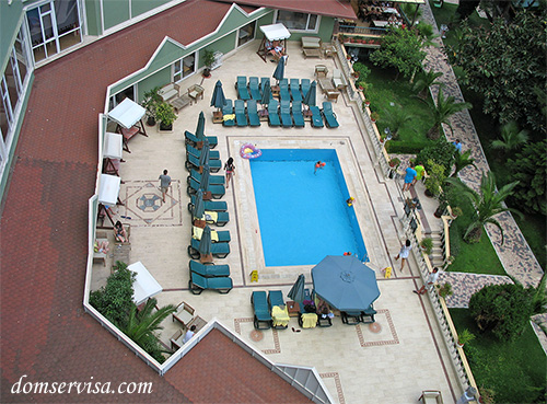 Вид сверху на маленький бассейн за главным отелем