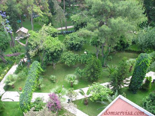 Нежилая зеленая территория за главным корпусом отеля PR Club Kaplan