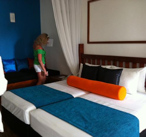 Номер и кровати в отеле Tangerine Beach