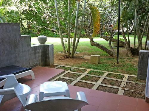 Вид из террасы в номере отеля Tangerine Beach на сад