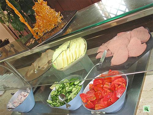 Колбаса, сыр, свежие помидоры и огурцы