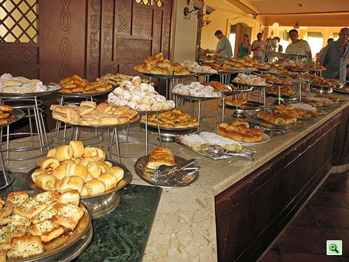 Сладости на завтрак в ресторане отеля Tiran Island