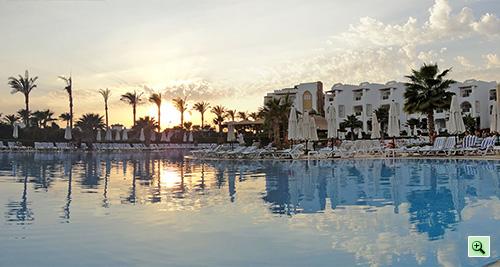 Закат над основным бассейном отеля Tiran Island