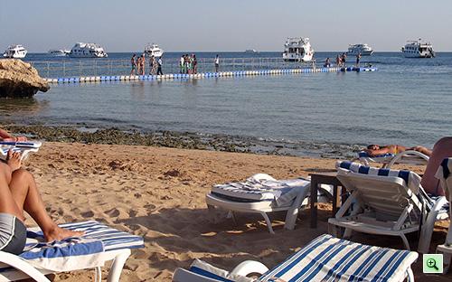 Корабли возле понтона отеля Tiran Island