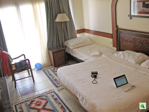 Детская кровать на колесиках в номере отеля Tiran Island, Шарм эль Шейх
