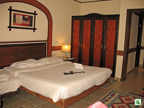 Французская двуспальная кровать в номере