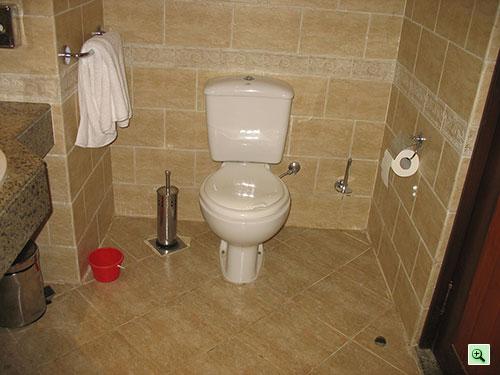 Унитаз в ванной комнате отеля Tiran Island