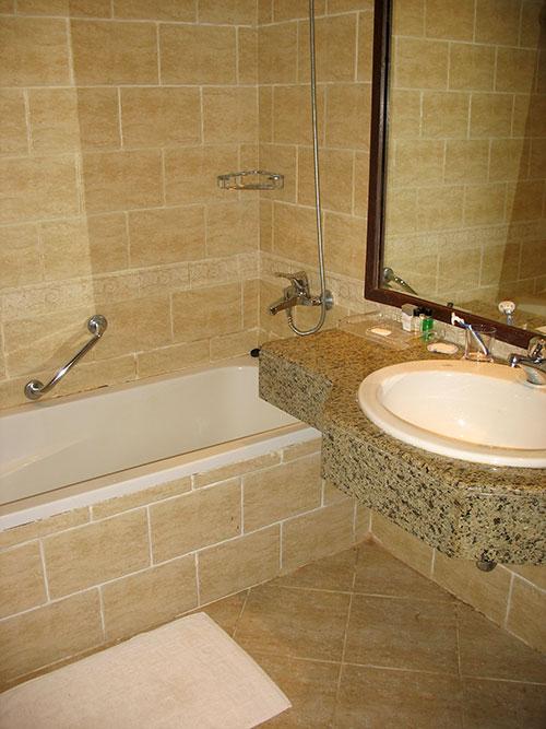 Ванна с душем и мыльные принадлежности