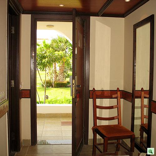 Вид за входной дверью, справа - зеркало, слева - вход в ванную