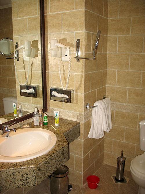Умывальник, фен, небольшое увеличительное зеркало