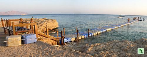 Фото пластикового понтона на пляже отеля Tiran Island Corinthia