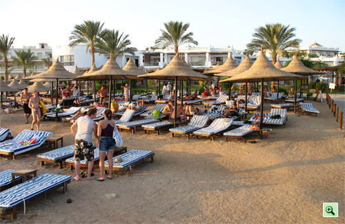Верхний ярус пляжа отеля Tiran Island Corinthia 4*